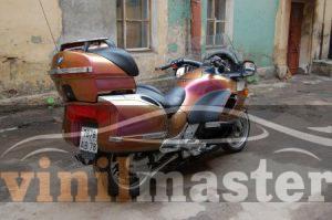 Оклейка мотоцикла защитной пленкой Хамелеон вид сзади 1