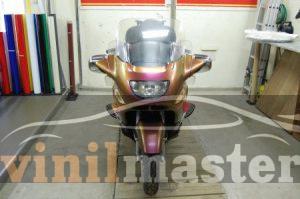 Оклейка мотоцикла защитной пленкой Хамелеон вид спереди